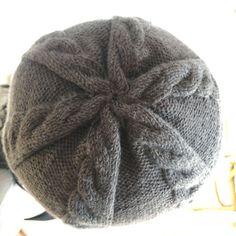 Ce bonnet à torsades est un modèle pour femmes, hommes et enfants qui  aiment les bonnets ajustés. Les torsades sont asymétriques pour un brin  d originalité. 800755899c7