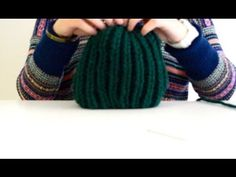 Hola! En este vídeo mostramos cómo, con algo de lana, se puede tejer un gorro con punto inglés. La lana es la que sobró de la bufanda que estuvimos tejiendo ...