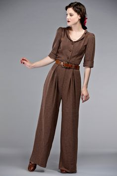 The Feminine Flair jumpsuit Brown Emmy – The Feminine Flair jumpsuit Brown Vintage Outfits, Vintage Girls Dresses, Outfits Otoño, 1940s Fashion, Vintage Fashion, Vintage Overall, 40s Mode, 1940s Looks, Brown Jumpsuits