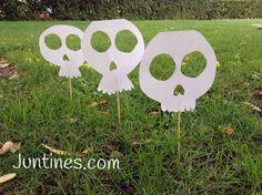 Calaveras para decorar el jardín en Halloween - prepare your garden for halloween with this skulls. Manualidades de papel, origami para niños Haloween Craft, Halloween Decorations, Crafts, Diy, Google, Kids Halloween Parties, Kids Origami, Paper Crafts, Gardens