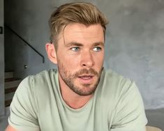 """ Chris Hemsworth's beauty is descomunal. I'm dead. Handsome Men Quotes, Handsome Arab Men, Chris Hemsworth Hair, Grunge Makeup Tutorial, Strong Woman Tattoos, Hemsworth Brothers, Woman Sketch, Z Cam, Australian Actors"