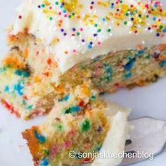 This is the BEST Homemade Funfetti Cake recipe by sallysbakingaddic…. And it's… Dies ist das beste hausgemachte Funfetti Kuchen Rezept von sallysbakingaddic …. Think Food, Love Food, Yummy Treats, Sweet Treats, Yummy Food, Delicious Recipes, Cake Recipes, Dessert Recipes, Fun Fetti Cake Recipe