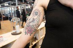 Les fleurs peuvent être plus discrètes dans le but d'agrémenter un tatouage, lui conférant un aspect romantique et délicat. La preuve avec ce tatouage aux couleurs pastels, arboré par Marine. Styles, Pastels, Dream Catcher, Images, Tattoos, Tattoo Ideas, Romantic Things, Trends, Colors