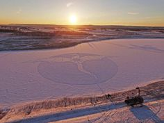 Stunning Drawings on Snow  Artist Simon Beck makes atypical artworks on snow. By walking with his snowshoes during hours he imagines abstract drawings created with geometric shapes. Creations with an extreme precision that reveal all their beauty and size when they are photographed from the sky.       #xemtvhay