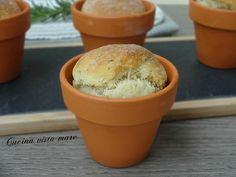 I panini al basilico nel coccio sono profumatissimi e soffici bocconcini di pane aromatizzati al basilico cotti in vasetti di terracotta.