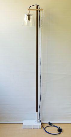 Esta lámpara combina la base pintada a mano con acrílicos, y el casquillo acabado en acero. Alegre, con luz de foco LED halógeno de solo 5W de consumo, pero que da una luz de 400 lumens, cálida y potente. Al ser LED, la bombilla se mantiene siempre fría, y por eso se permite ir dentro de la tulipa de plástico transparente sin calentarse nada. La tulipa es orientable 360 grados mediante una rótula de acero. La El cable eléctrico es textil azul oscuro, y el interruptor es de suelo. Lleva una…