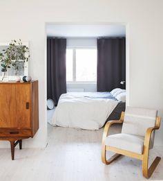 Ruokailutilan ja vanhempien makuuhuoneen väliin tehtiin remontissa iso aukko. Vintiltä löytynyt Aallon nojatuoli verhoiltiin uudelleen. Sektori-betonivalaisin on Matin suunnittelema.