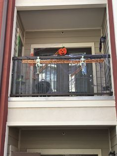 Awesome Halloween Decoration Ideas For Your Apartment Scariest Halloween Decorations Ever, Halloween Decorations Apartment, Apartment Balcony Decorating, Apartment Balconies, Cool Apartments, Outdoor Halloween, Halloween 2018, Diy Halloween, Halloween Stuff