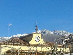 Sierra de Gredos nevada tras el ayuntamiento de Madrigal de la Vera. Comarca de la Vera. Caceres. Extremadura. Spain