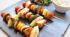 Brochetas de pollo con verduras y salsa de miel y mostaza