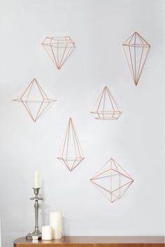 Dekorace Prisma je doplňek, který rozhodně přitáhne vaší pozornost. Měděné kovové geometrické tvary lze pověsit na strop nebo zeď. Rozměry:  - 25 х 23 х 22 cm - 16 х 31 х 14 cm - 18 х 18.4 х 16 cm.