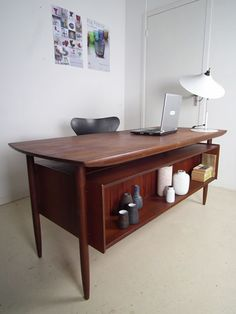 Dutch design desk by Hulmefa. You got to love the floating table top!
