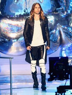 Jared Leto - MTV VMAs 2013 with Thirty Seconds to Mars!: Photo Jared Leto poses with his award backstage in the press room at the 2013 MTV Video Music Awards held at the Barclays Center on Sunday (August in Brooklyn, N. Jared Leto, Hipster Looks, Mtv Video Music Award, Music Awards, Biker Jeans, Biker Leather, Leather Pants, Celebs, Celebrities