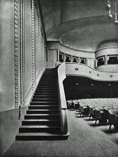 BERLIN 1913, Interieur des Kinotheater 'Cines', später Ufa-Pavillon. am Nollendorfplatz 4, Ecke Motzstrasse, in Schöneberg. Der in Elfenbeinfarbe gehaltene Raum war völlig mit grauem Plüsch ausgelegt, von dem die violetten Klappsessel (850 Plätze) vorteilhaft abhoben. Von den Decken herab zogen sich prächtige, buntfarbige Reliefarabesken und von besonders hervorragender Schönheit waren auch die Beleuchtungskörper.