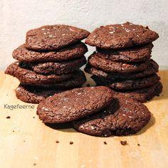 Delicious sugar free chocolate cookies with caramel inside and Madon sea salt on top -Lækre sukkerfri chokolade cookies med karamel inden i og Madon sea salt på toppen.
