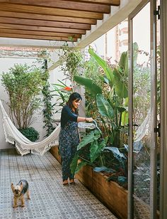 Architects Simone Carneiro and Alexandre Skaff transformed a cramped São Paulo apartment into a mid-city refuge for Simone Santos. On the terrace, plants, vines, and pergolas form a barrier against the city's notorious noise and pollution. Garden Oasis, Terrace Garden, Indoor Garden, Outdoor Gardens, Indoor Outdoor, Outdoor Living, Garden Hammock, Jardin Decor, Modern Pergola