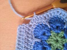 Viime syksynä neuloin itselleni kännykkäpussin ( ohje täällä ). Sen koristelin huovasta leikatulla kukalla. Käytössä kukka on kärsinyt melko...