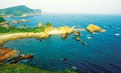 """Nhà văn Nguyễn Tuân đã từng viết trong tập kí Cô Tô: """" Cây trên núi đảo lại thêm xanh mượt, nước biển lại lam biếc đậm đà hơn hết cả mọi khi..."""