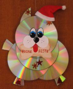Riciclo CD - Natale - Il cagnolino è fatto con vecchi CD, incollati con il silicone. Coda e zampe sono stati ritagliati usando forbici robuste. I particolari sono in cartoncino o plastica adesiva. Il cappellino è stato cucito da un avanzo di stoffa e ornarto con cotone idrofilo.
