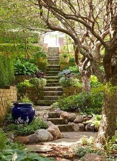 Jardim inglês: paredes e degrais de pedras.  Fotografia: bobbi.
