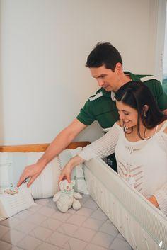 Berço branco com enxoval verde claro e cinza. Ursinho de bebê. Baby room.