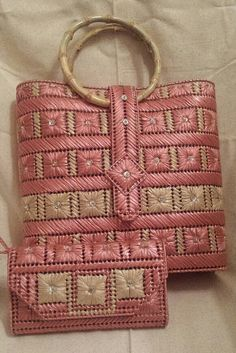 Discover thousands of images about Dulce Rosa un Original bolso de Helena Sassy por HelenaSassyBags Plastic Canvas Stitches, Plastic Canvas Crafts, Plastic Canvas Patterns, Broderie Bargello, Bargello Needlepoint, Canvas Purse, Canvas Handbags, Beaded Banners, String Crafts