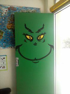 Decoración navideña.  Puerta decorada. Decoración del Grinch.