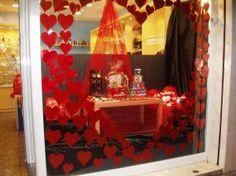 Llega el amor a la tienda de regalos Original, en el escaparate #corazones y más corazones rojos forman un gran corazón que te invita a entrar