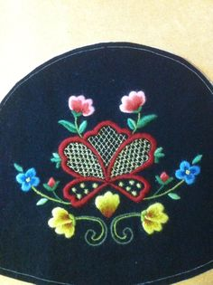 Embroidery to the hat of Gudbrandsdals bunad. Going Out Of Business, Folk Fashion, Crewel Embroidery, Norway, Scandinavian, Sewing Projects, Floral Design, Cross Stitch, Hand Crafts