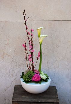 Arreglo floral con ramas de melocotonero, calas, hortensia, ranúnculo, escabiosa y peonía. #calas #ranúnculo #peonía #escabiosa