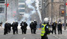 Les photos de l'année 2012 vue par l'Agence QMI. 20 avril - Pendant que le premier ministre Jean Charest inaugure le Salon du Plan Nord, au Palais des congrès de Montréal, des affrontements violents opposent manifestants et policiers.  Photo Michel Desbiens / Agence QMI