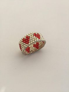 Peyote Silver band Ring with red hearts Anello a fascia peyote argento con cuori rossi Best Jewellery Design, Bead Jewellery, Seed Bead Jewelry, Peyote Beading, Peyote Patterns, Beading Patterns, Beaded Rings, Beaded Bracelets, Peyote Stitch
