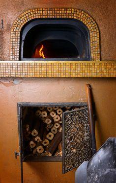 Foto circa Forno di pietra woodfired pizza italiana tradizionale. Immagine di infornato, camino, fiamma - 45989197