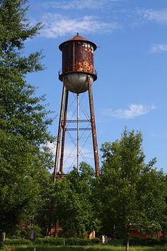 One of the first things you usually see when you're traveling the backroads and approach a town is the water tower. They come in all shapes. Grain Silo, Old Steam Train, Rust In Peace, Water Pictures, Rusty Metal, Amazing Buildings, Water Tank, Adaptive Reuse, Rustic Design