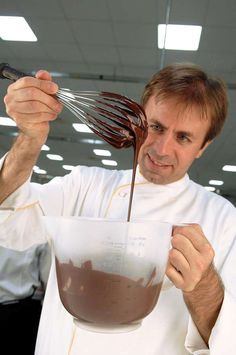 Peccati di gola....mignon! Luca Montersino ci guida alla scoperta della piccola pasticceria realizzando la sua versione mignon dei grandi classici italiani e non.
