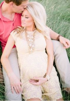 Natural colours work so well for maternity outfits - Alexa Jean: Maternity Photos // Courtney Sargent Photography.love this dress! Maternity Poses, Maternity Portraits, Maternity Photography, Family Photography, Couple Maternity, Pregnant Couple, Foto Baby, Shooting Photo, Newborn Pictures