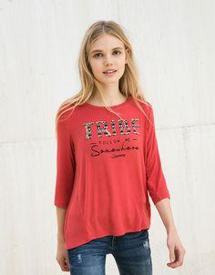 e378450d9ffd Μπλουζάκι BSK κέντημα TRIBE - Μπλουζάκια - Bershka Greece Ηνωμένο Βασίλειο