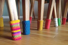 Just because these Christmas Chair Socks are made with red and green yarn, doesn't mean they can't be used all year-round! Use any color yarn that matches your dining room decor. This super easy crochet pattern is a clever way to protect your floors. Crochet Diy, Crochet Gratis, Crochet Home Decor, Love Crochet, Crochet Ideas, Crochet Socks, Simple Crochet, Yarn Projects, Crochet Projects