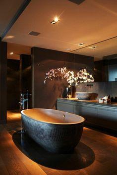 bad-einrichten-ideen-schwarze-badewanne-tolle-deckenleuchten