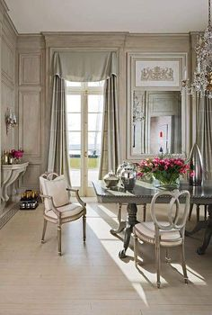 Formal dining room by interior designer Mary Douglas Drysdale French Interior, French Decor, French Country Decorating, Beautiful Interiors, Beautiful Homes, Beautiful Kitchens, House Beautiful, Interior Design Masters, Design Salon