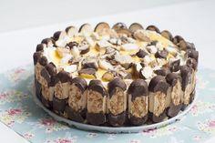 Een heerlijk recept van Annemieke van de fijne foodblog Sweet Little Kitchen voor bokkenpootjestaart. Supersimpel en zonder oven te maken! Bekleed de bodem van de springvorm met bakpapier. Snijd 100 gram bokkenpootjes over de lengte door de helft. Snijd de andere 300 gram bokkenpootjes in stukjes (deze gebruik je straks in de vulling). Snijd de cake in plakken … Dutch Recipes, Sweet Recipes, Baking Recipes, Cake Recipes, Dessert Recipes, Amish Recipes, Just Desserts, Delicious Desserts, Yummy Food