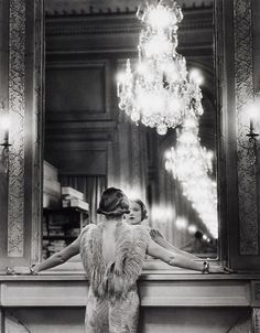 Model looking in large mirror of Paris fashion designer Molyneux / Alfred Eisenstaedt / Gelatin Silver Print, 1932 / Museum of the International Center of Photography Vintage Photographs, Vintage Photos, 1920s Aesthetic, Black And White Photo Wall, Art Deco Decor, Old Hollywood Glamour, Gravure, Art Deco Fashion, Oeuvre D'art