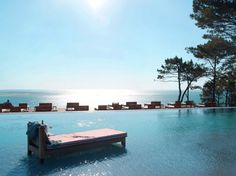 """One of the strongest, most beautiful, most poetic, most surreal, and most powerful place in nature."""" Philippe Stark – La Co(o)rniche Hotel is an extraordinary location. Key landmark in the Pilat-Plage district in Pyla-Sur-Mer near Bordeaux, the vantage point over the Arcachon basin, backing onto the highest dune in Europe, it is suspended between sea and sky, nestling between sand and pines."""