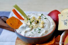 Sos de brânză albastră cu mucegai - rețeta de blue cheese dip (la rece) | Savori Urbane Healthy Eating Tips, Healthy Nutrition, Kfc, Vegetable Drinks, Gordon Ramsay, Blue Cheese, Food Menu, Nachos, Fruits And Vegetables