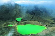 Parque nacional de Tongariro, Nueva Zelanda. Una caminata de algo más de 19 kilómetros por territorio volcánico recorre el monte Tongariro, en el parque nacional del mismo nombre situado en la isla Norte de Nueva Zelanda. Una de las mayores atracciones de esta excursión de un día entero se encuentra en el paso por los lagos Esmeralda, en la imagen. Ruapehu (Mordor en la trilogía de 'El Señor de los Anillos'), Ngauruhoe y Tongariro son los tres volcanes ROBERT HARDING