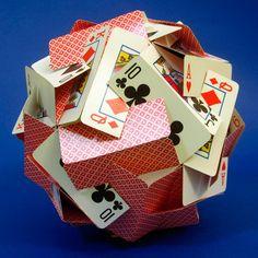 Les créations de Zachary Abel, un ingénieur américain du MIT qui s'amuse à créer des structures géométriques avec ses fournitures de bureau ou des objets