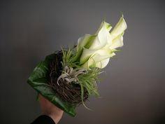 bruidsboeket - witte aronskelken, tylansia - verticaal - flowered by falenopsis boechout