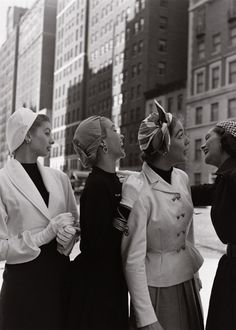 Retro Fashion Models (including Suzy Parker and Jean Patchett) in New York wearing hats, photo by Gordon Parks - Glamour Vintage, Vintage Chic, Moda Vintage, Looks Vintage, Vintage Beauty, Vintage Ladies, Vintage Woman, Gordon Parks, Fifties Fashion