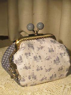Ositodetrapo: Café y Patch con Carmen Leather Bags Handmade, Handmade Bags, Handmade Bracelets, Coin Purse Pattern, Purse Patterns, Patchwork Bags, Quilted Bag, Cute Purses, Purses And Bags