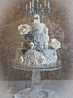 Morticia, The Vanilla Killer Halloween Wedding Cake! Amazing Halloween cake project: 'Morticia, the vanilla killer' Detailed instructions and recipe! Halloween Desserts, Halloween Torte, Bolo Halloween, Halloween Wedding Cakes, Halloween Cake Pops, Halloween Treats, Skull Wedding Cakes, Skull Cakes, Scream Halloween